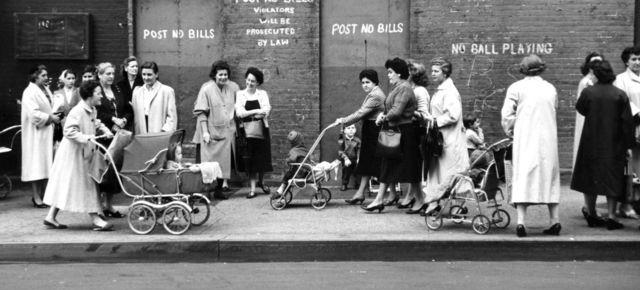 Fotografies oblidades de mares i fills fa 50 anys