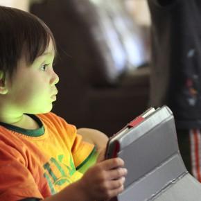 Deixar que els nens naveguin i mirini vídeos sense patir amb Youtube Kids