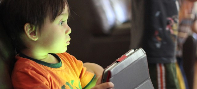 Deixar que els nens naveguin i mirin vídeos sense patir amb Youtube Kids